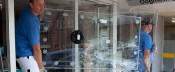 Glaszetter Ede tilt nieuw raam naar de juiste plek